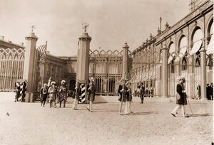 Церемониймейстеры и герольды - участники церемонии перенесения императорских регалий - направляются из Оружейной палаты к Большому Кремлевскому дворцу.