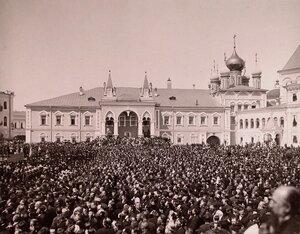 Вид площади в Кремле перед Чудовым монастырем, заполненной людьми, в день торжественной коронации.