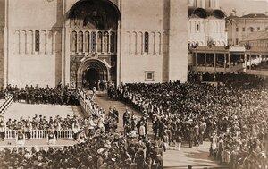 Вид части площади в Кремле перед южным входом в Успенский собор, заполненной нижними чинами шефских частей и зрителями в день торжественной коронации.