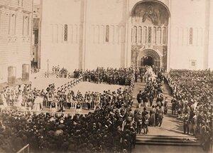 Торжественное шествие гостей и приглашенных на церемонию коронации от Красного крыльца Грановитой палаты в Успенский собор.