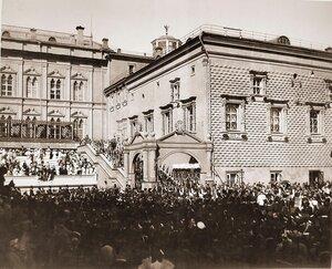 Вдовствующая императрица Мария Федоровна в сопровождении свиты спускается с верхней площадки Красного крыльца Грановитой палаты в день торжественной коронации.