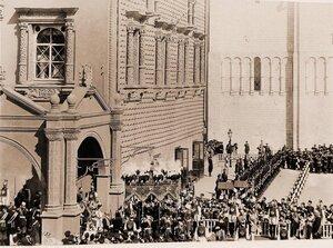 Вдовствующая императрица Мария Федоровна, спустившаяся в сопровождении свиты со ступеней Красного крыльца Грановитой палаты, подходит к балдахину (для следования под ним в Успенский собор) в день торжественной корона