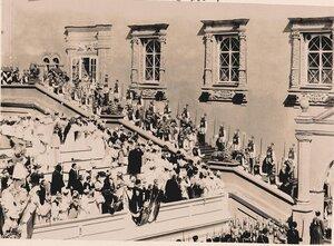 Вдовствующая императрица Мария Федоровна в сопровождении свиты спускается  по ступеням Красного крыльца Грановитой палаты.