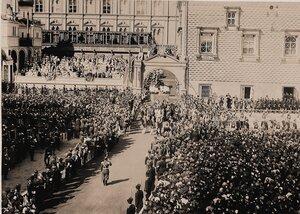 Вдовствующая императрица Мария Федоровна под балдахином шествует в сопровождении свиты от Красного крыльца Грановитой палаты к Успенскому собору в день торжественной коронации.