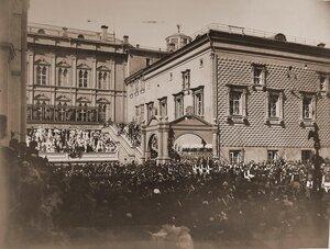 Император Николай II, императрица Александра Федоровна, члены императорской фамилии в сопровождении свиты на верхней площадке Красного крыльца Грановитой палаты; справа от императора - его августейшие ассистенты вели