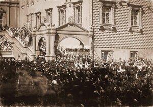Император Николай II и императрица Александра Федоровна в сопровождении августейших ассистентов, члены императорской фамилии спускаются по ступеням Красного крыльца Грановитой палаты в день торжественной коронации; п