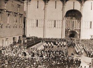 Торжественное шествие под балдахином императора Николая II и императрицы Александры Федоровны в день коронации; в центре - взвод лейб-гвардии Кавалергардского полка и два церемониймейстера с жезлами направляются к юж