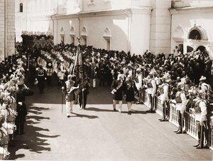 Взвод лейб-гвардии Кавалергардского полка, сопровождающий торжественное шествие императора Николая II и императрицы Александры Федоровны под балдахином, направляется [после окончания церемонии торжественной коронации