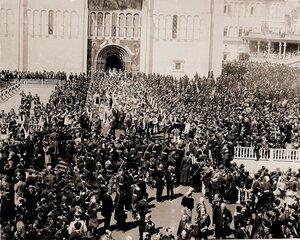 Представители иностранных делегаций выходят из южных дверей Успенского собора на Соборную площадь Кремля по окончании церемонии торжественной коронации; справа от собора и на первом плане - волостные старшины губерни