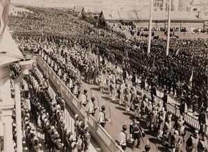 Шествие высших государственных чинов, камергеров, церемониймейстеров, герольдов на территории Кремля в день торжественной коронации; на втором плане - взвод лейб-гвардии Кавалергардского полка.