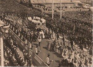 Торжественное шествие императора Николая II (под балдахином) в сопровождении свиты по окончании церемонии коронации в Успенском соборе Кремля; справа на первом плане - взвод лейб-гвардии Кавалергардского полка, далее