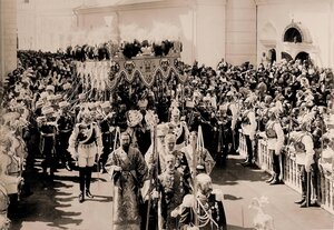 Торжественное шествие императора Николая II (под балдахином) в сопровождении свиты по окончании церемонии коронации в Успенском соборе Кремля; справа на первом плане - церемониймейстеры (с жезлами), далее - верховный