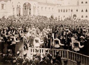 Представители высших государственных учреждений, высшие военныи чины, кавалергарды (слева) проходят у Чудова монастыря и Малого Николаевского дворца в Кремле по окончании церемонии торжественной коронации в Успенском