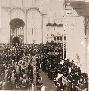 Группа министров и камергеров Двора его императорского величества выходит из Успенского собора на Соборную площадь Кремля по окончании церемонии торжественной коронации; во 2-м ряду второй справа (прикрывает рукой гл