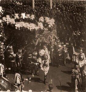 Торжественное шествие императора Николая II (под балдахином) в сопровождении свиты по окончании церемонии коронации в Успенском соборе Кремля.