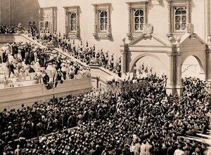 Император Николай II и императрица Александра Федоровна с августейшими ассистентами и свитой поднимаются по ступеням Красного крыльца Грановитой палаты по окончании церемонии коронации в Успенском соборе.