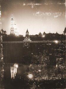 Вид на празднично иллюминированный в честь торжества коронации Кремль со стороны Москвы-реки; слева направо Успенский собор, колокольня Ивана Великого с церковью Иоанна Лествичника, 1-я Безымянная башня