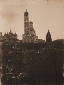 Вид на празднично иллюминированный в честь торжества коронации Кремль со стороны Москвы-реки; слева направо Успенский собор, колокольня Ивана Великого с церковью Иоанна Лествичника, 1-я Безымянная башня.