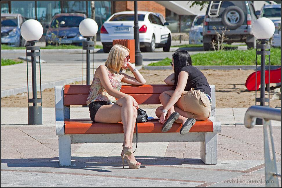 Концентрация симпатичных, красивых и просто очаровательных девушек во городе бьет все мыслимые рекорды! При этом в теплую погоду городские красавицы предпочитают минимум одежды, что не может не радовать. Кто-то в ожидании новых знакомств гуляет по набережной, которая неофициально считается местом именно для такого времяпрепровождения.