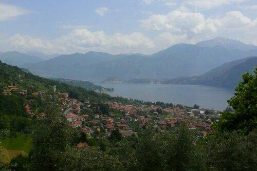 Вид из городка Оссуччо на озеро Комо и окресности.