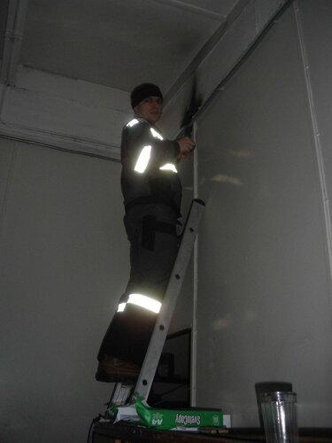 Фото 12. Электрик нашей аварийной службы приступил к диагностике электротехнической неисправности.