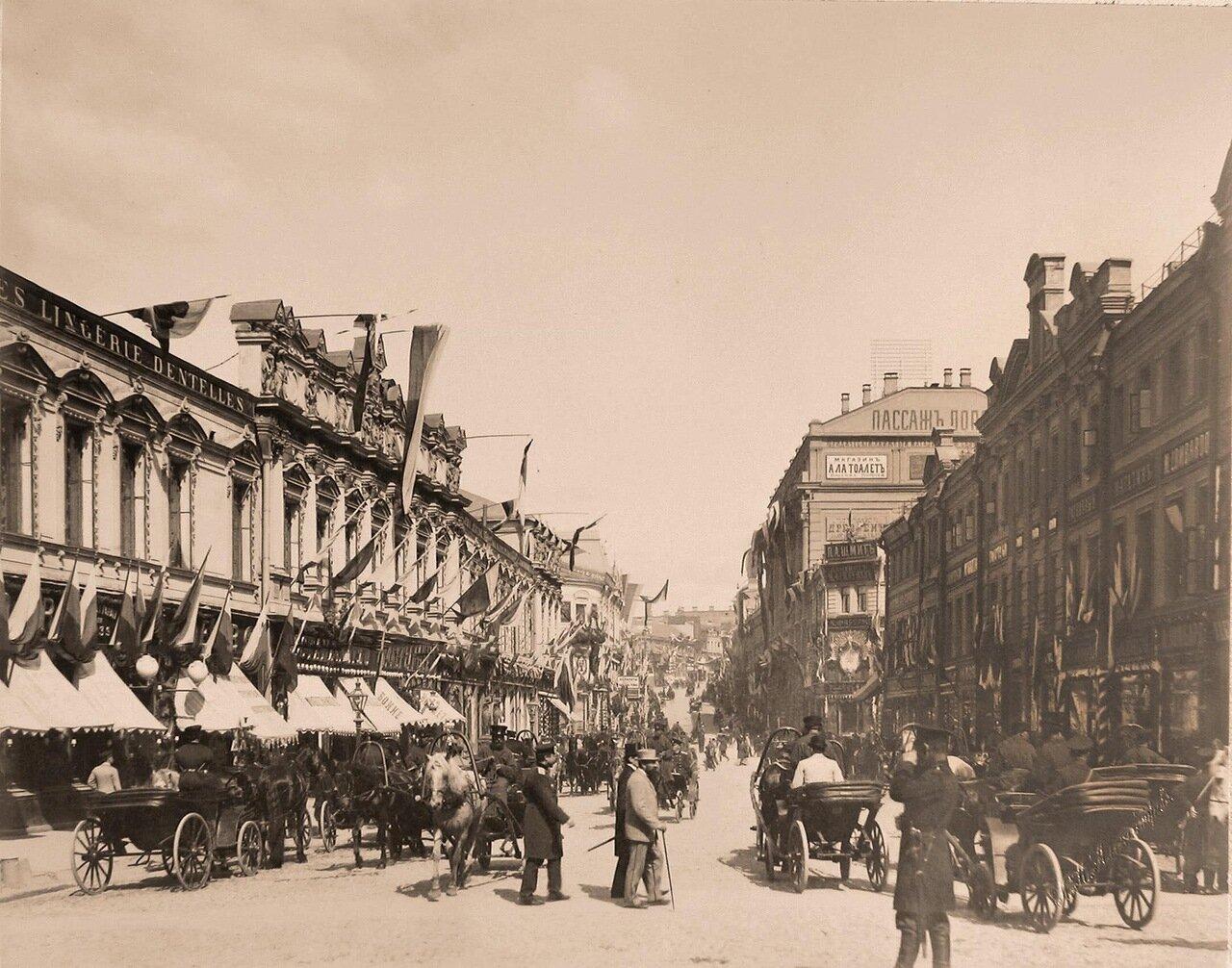 Вид празднично украшенных к торжествам коронации домов на Кузнецком мосту; справа - Пассаж К.С.Попова