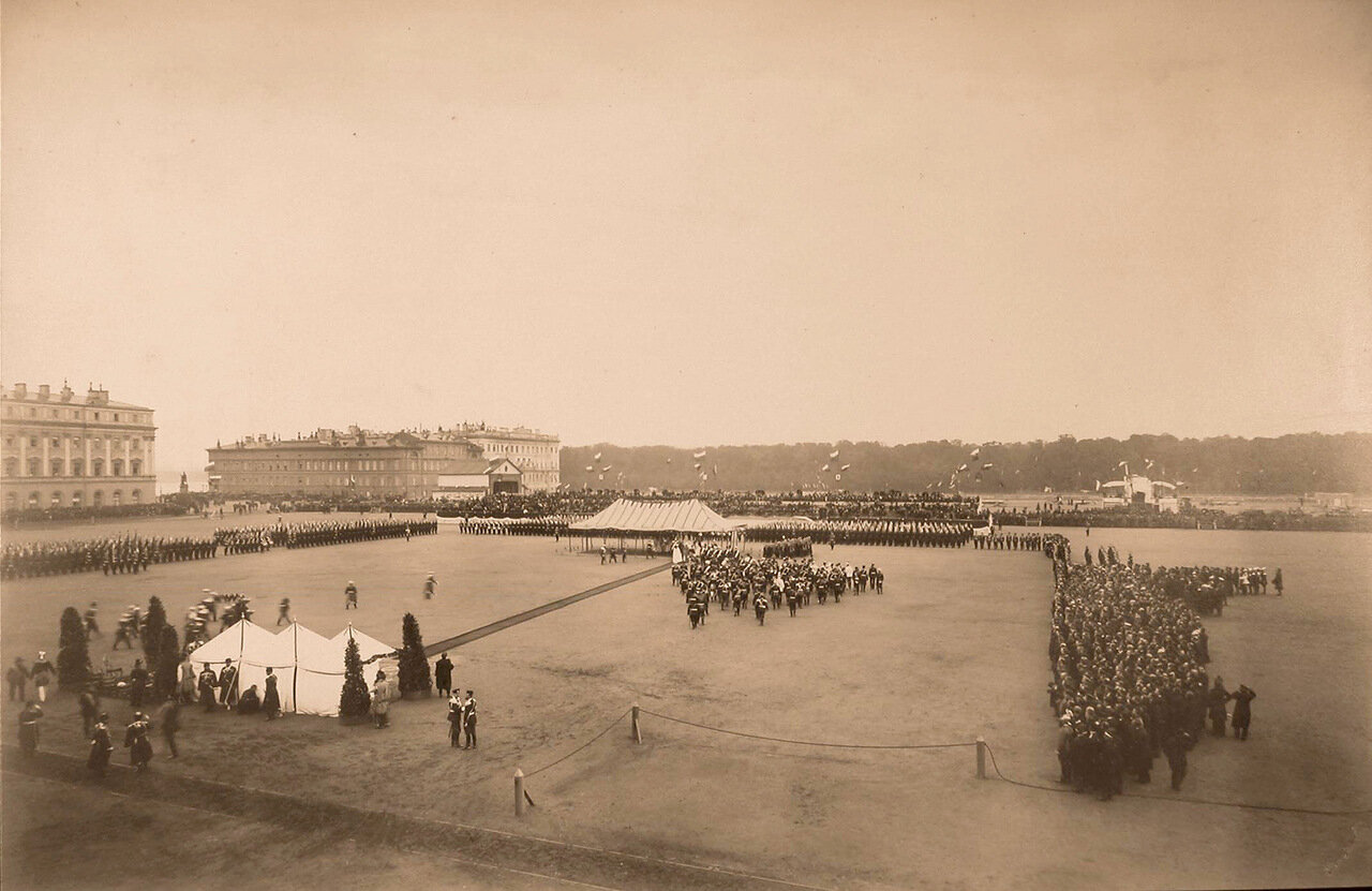 Лейб-гвардии Павловский полк, военные и гражданские чины, гости, горожане на Марсовом поле перед началом парада  в честь празднования 100-летнего юбилея полка