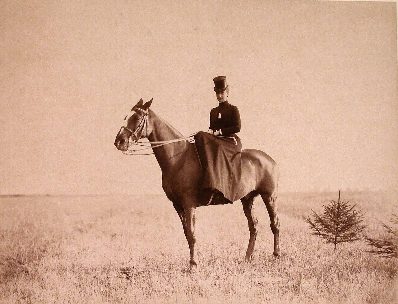 10. Императрица Мария Федоровна во время прогулки верхом на лошади
