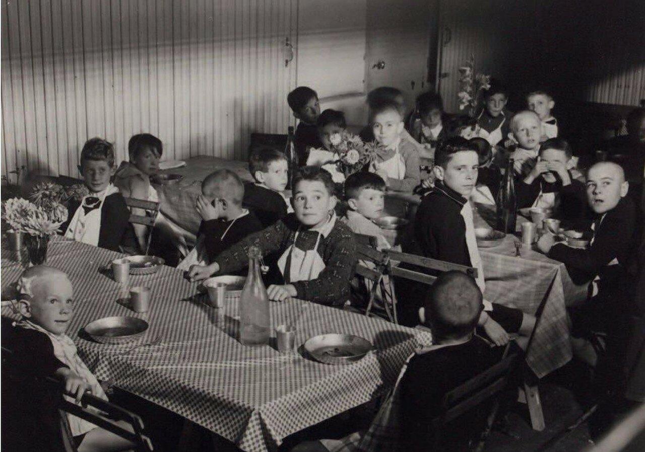 1944. Эвакуированные  дети где-то во Франции
