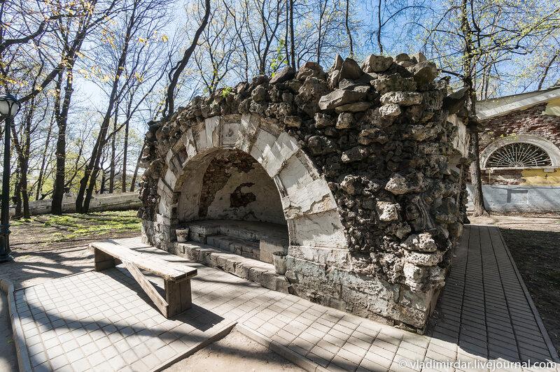 Грот в парке усадьбы Усачевых-Найденовых