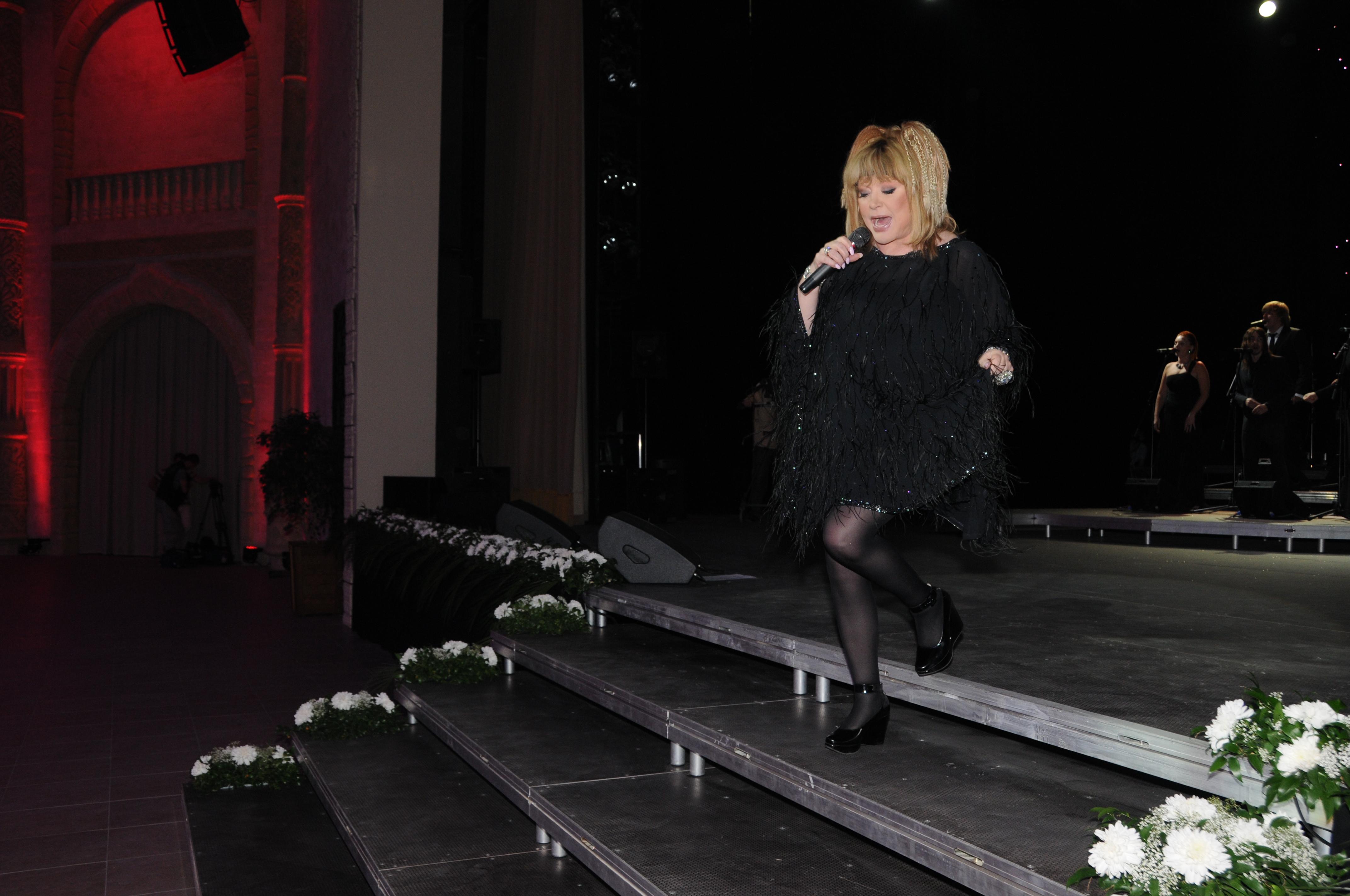 прошу фото пугачевой у кремля последний темно орхидные звёзды