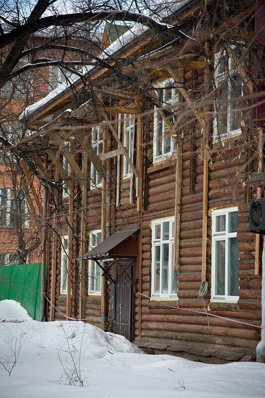 Бревенчатый частный жилой дом оригинальной архитектуры