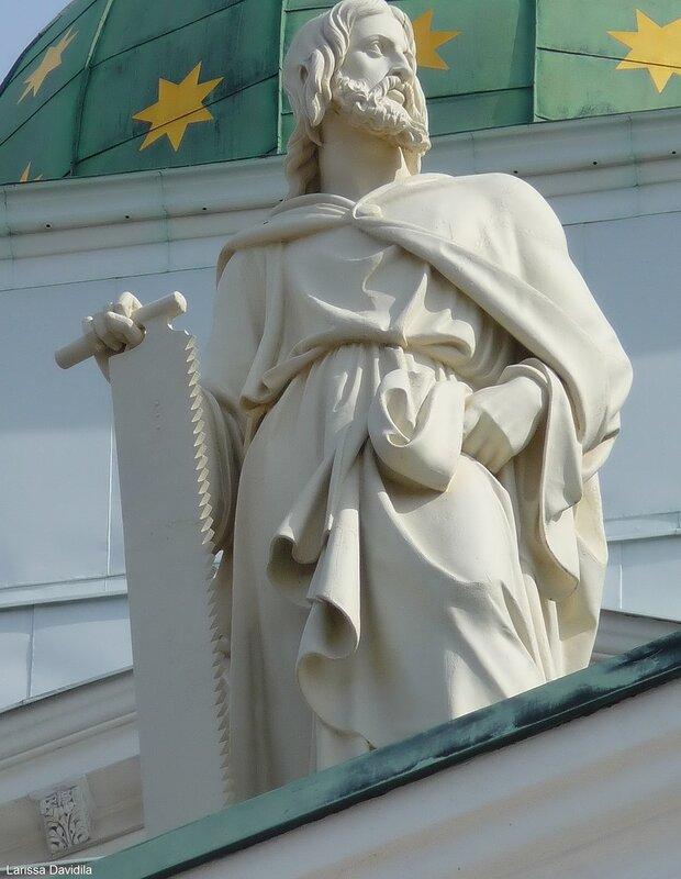 Скульптуры апостолов.