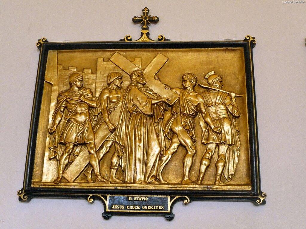Бронзовые рельефы с изображением Крестного пути.