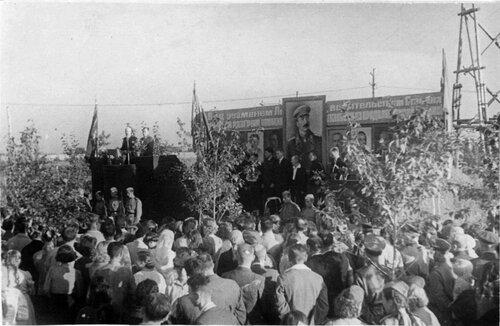 Митинг в честь вручения на вечное хранение знамени Государственного комитета обороны Безымянской ТЭЦ (1945г.)