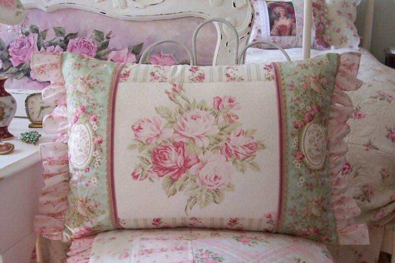 Подушки в винтажном и шебби-шик стиле от Antique Rose Designs.