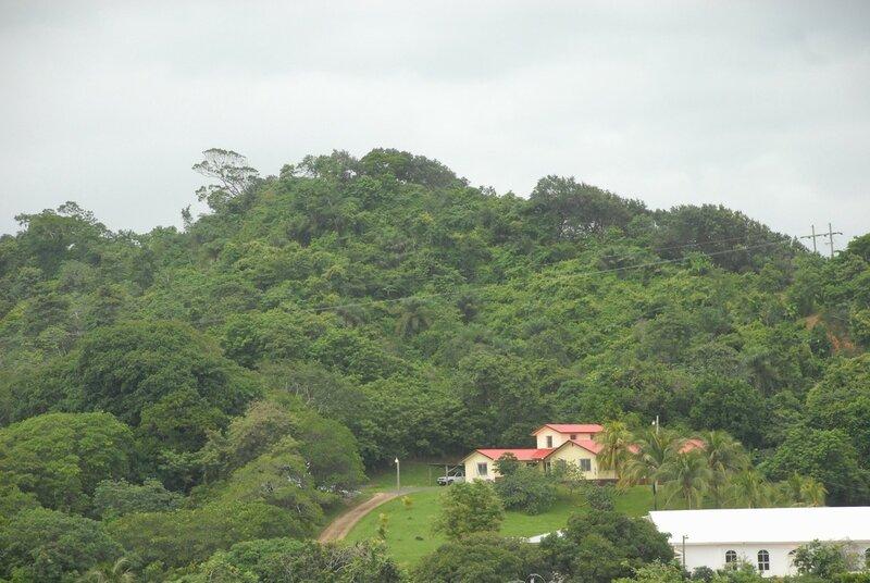 Берег Карибского моря. Пенсионеры отдыхают. можно, такие, здесь, имеют, джунглях, Гондурас, заходят, круизные, корабли, менее, людей, равно, снесёт, удобств, который, урагана, многих, вообще, одноразовые, Гондураса