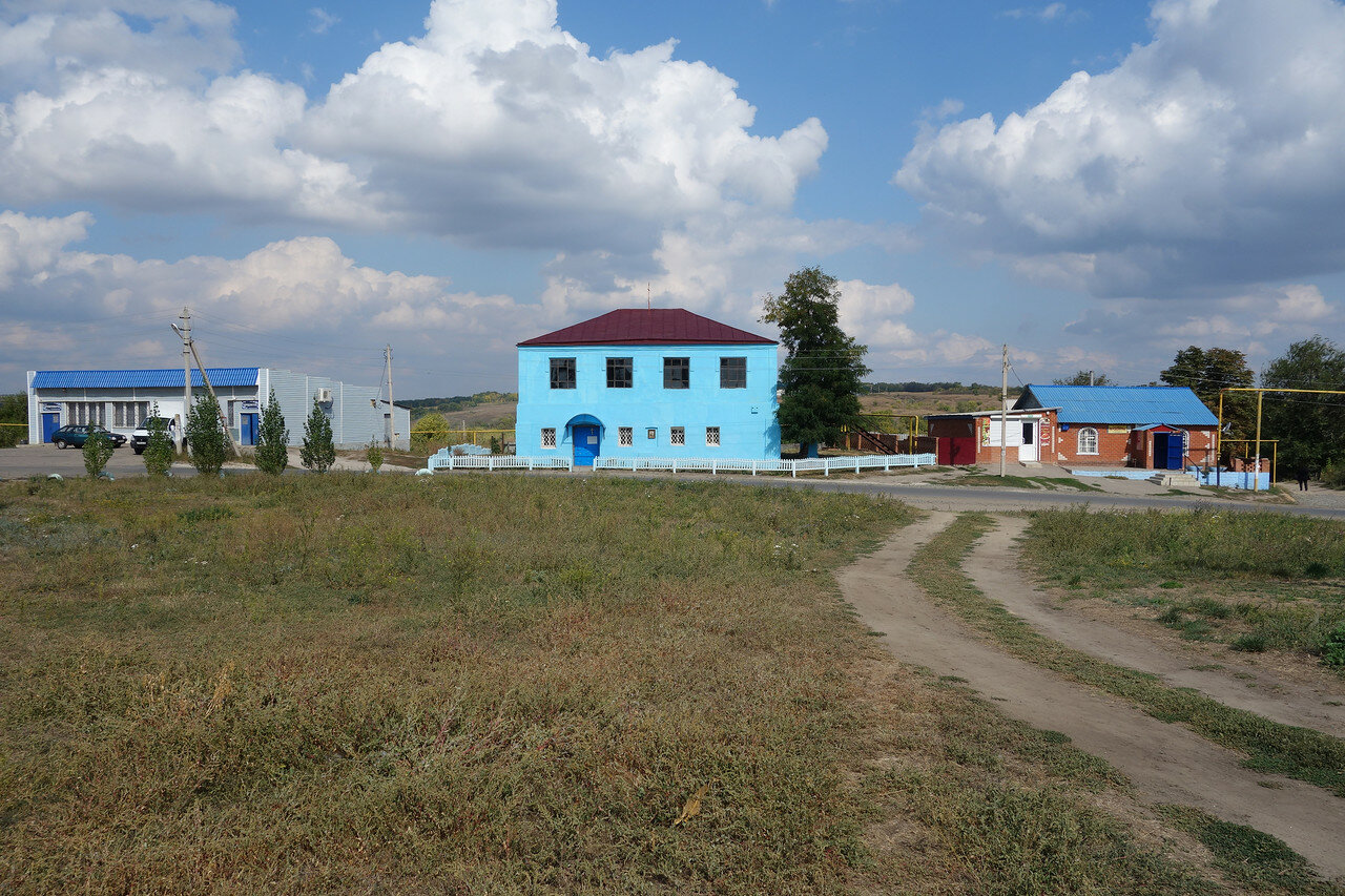 культовое здание меж двумя магазами