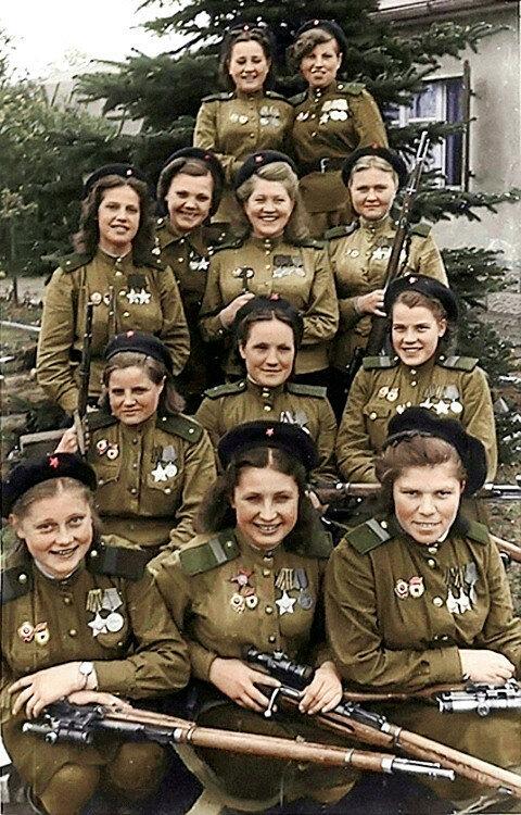Женщины-снайперы 3-й ударной армии 1-го Белорусского фронта, выпускники Центральной женской школы снайперской подготовки (ЦЖШСП). Фото 4 мая 1945 года.jpg