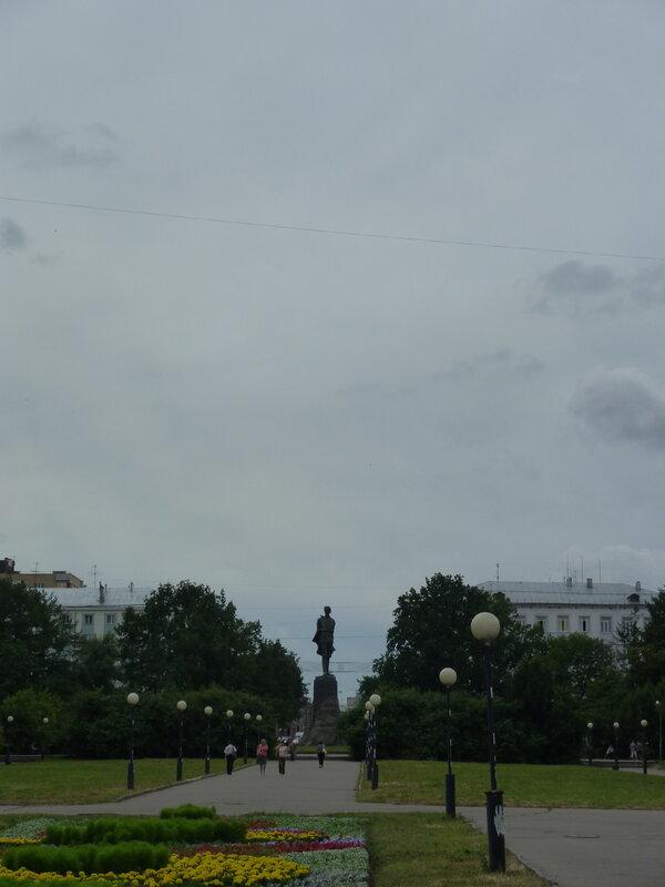 Площадь Горького с памятником оному