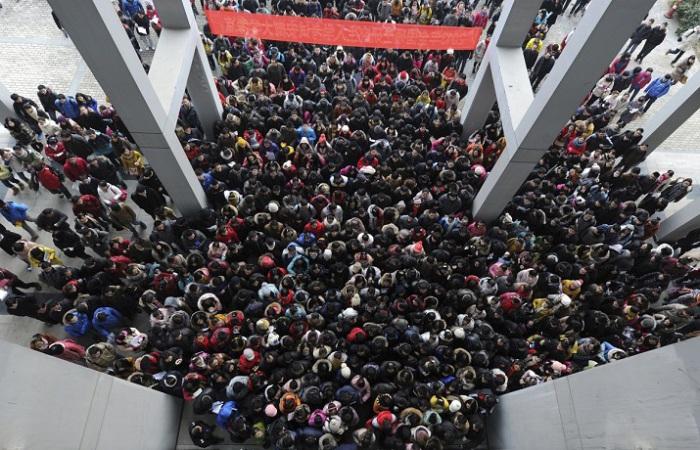 Абитуриенты подходят к зданию, чтобы принять участие в трёхдневном вступительном экзамене в аспирант