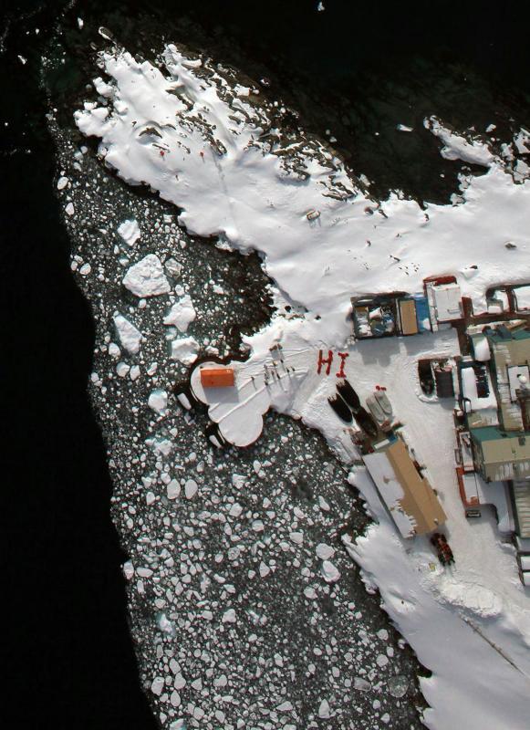 5. Жители антарктической станции Палмер выложили видимое с воздуха приветствие с помощью своих ярко-