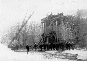 Группа пожарных у обгоревшего здания собора Пресвятой Троицы.