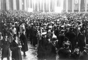 Группа участников манифестации с плакатами Скутари черногорцам и Крест на св. Софию у Казанского собора.