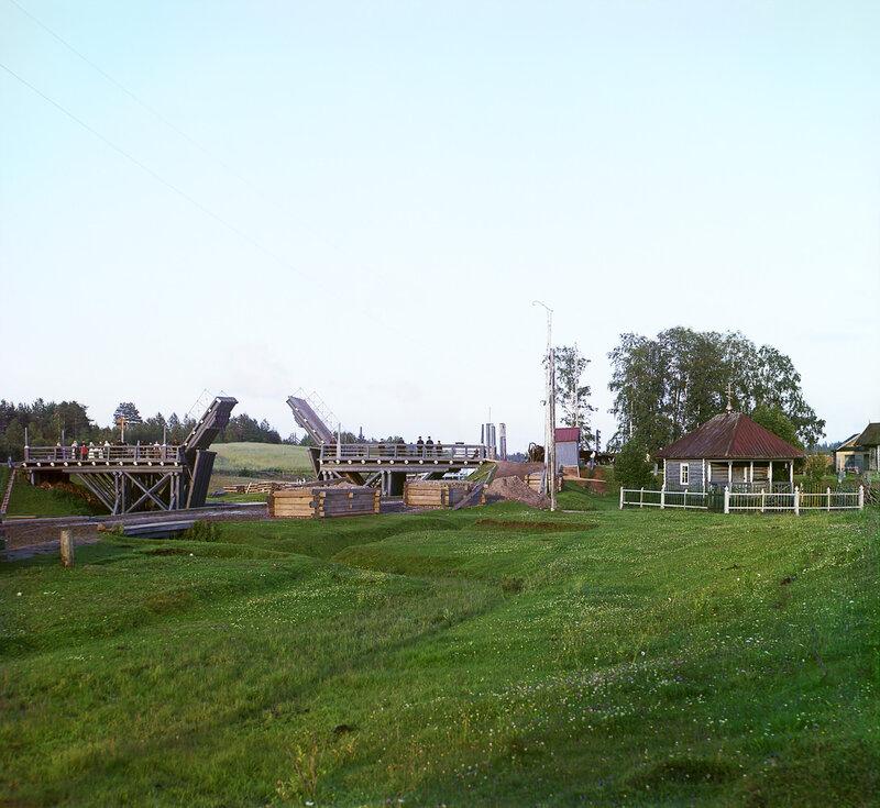 """Это деревня Волохова.  Все привычно, кроме двух  """"наветов """": разводного моста и электрических столбов с проводами..."""
