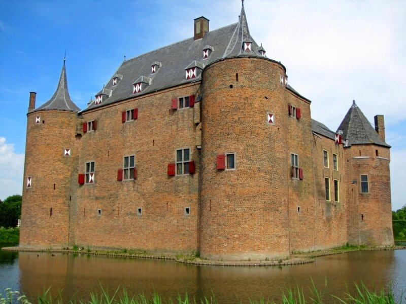 Nederland. замок Аммерсоен.  Голландия. дворцы и замки Голландии.