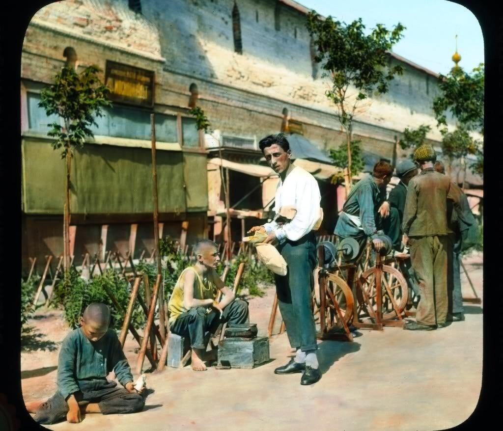 Предок Сильвестра Сталонне торгуется у Китайгородской стены :)