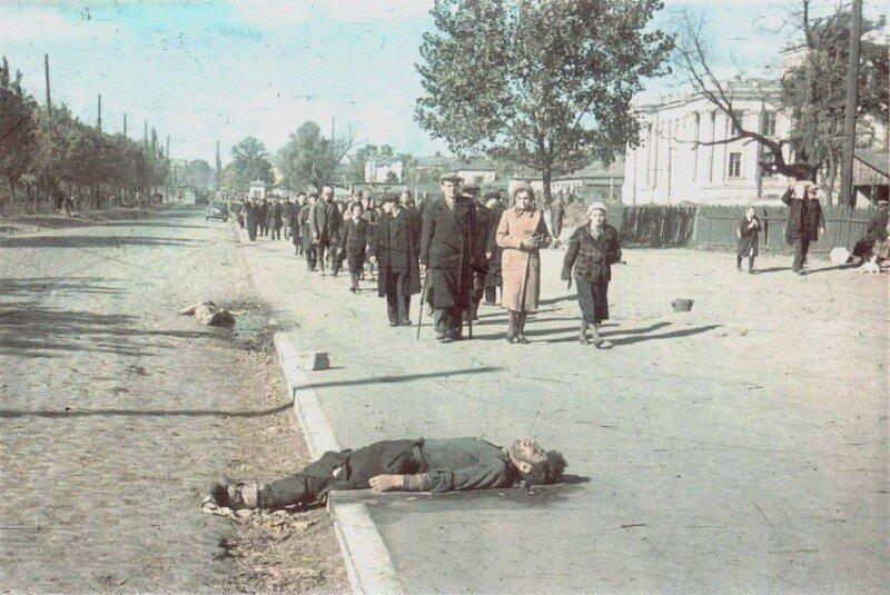 1.Тела убитых киевлян на бульваре Тараса Шевченко.