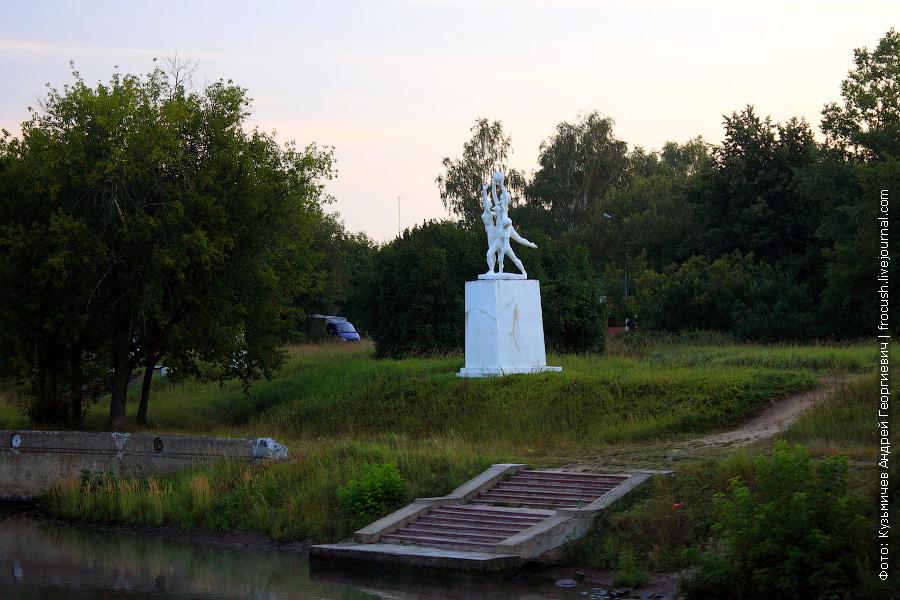 Скульптурная композиция на левом берегу канала имени Москвы в районе заградительных ворот №103