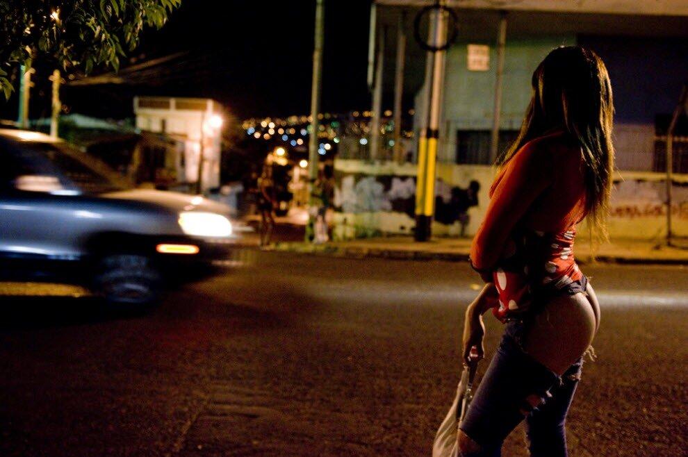 обнимаясь ночная бабочка на улице порно